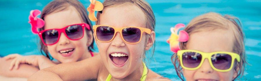 Meiden in zwembad met zonnebril.jpg