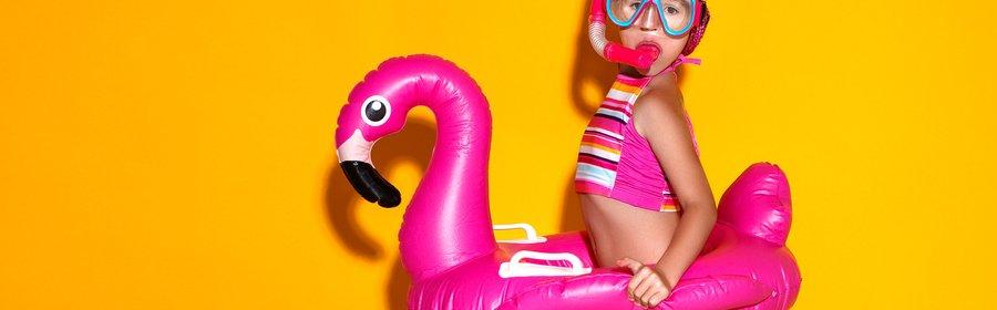rsz_meisje_in_opblaasband_flamingo.jpg
